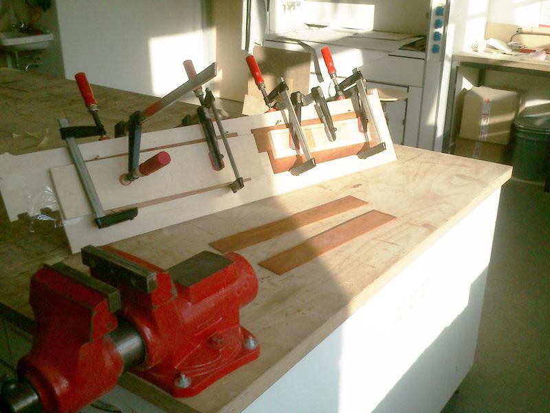 Hrací deska je zexotického dřeva merbau. Jednotlivá malá prkénka, jsem slepil dovelké desky.
