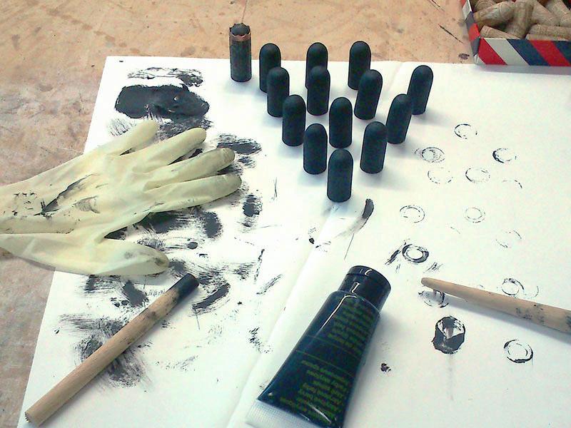 Proobarvení černých figurek jsem použil akrylátovou barvu. Trochu jsem se bál, že se gravírování ztratí.