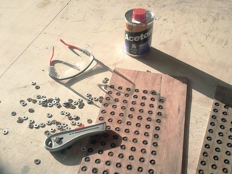 Dorazily magnety. Zjišťuju, že podložky se nepřichytávají nastřed. Všechny podložky proto musíven.