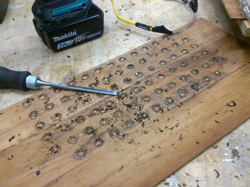 Místo podložek jsem sehnal placaté magnety stejného průměru, takže otvory stačilo jen mírněvydlabat.