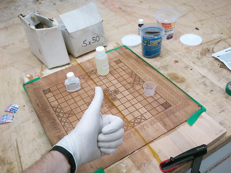 Vygravírované části horní desky zaliju epoxidem spigmentem, aby byla deska hladká akresbačerná.
