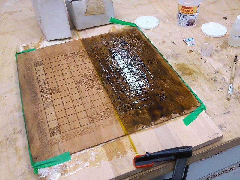 To žluté uprostřed je kaptonová páska, která odděluje obě desky, aby se ksobě neslepily.