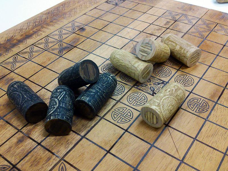 Hrací deska pohrubém přebroušení vypadá docela dobře. Figurky se poní pohybují bezproblémů.